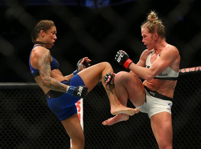 Feb 11, 2017; Brooklyn, NY, USA; UFC 208 Holly Holm (guanti rossi) combatte con Germaine de Randamie (guanti blu) nel main event al Barclays Center (foto: Ed Mulholland-USA Today Sports)