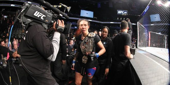 Feb 11, 2017; Brooklyn, NY, USA; UFC 208; Germaine de Randamie è la nuova campionessa dei pesi piuma. (foto: Ed Mulholland-USA Today Sports)