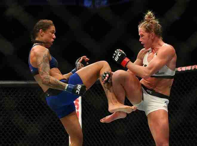 Feb 11, 2017; Brooklyn, NY, USA; UFC 208 Holly Holm (guanti rossi) combatte con Germaine de Randamie (guanti blu) nel main event al Barclays Center (foto: Ed Mulholland-USA Today Sports)