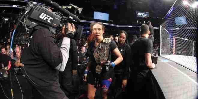 Feb 11, 2017; Brooklyn, NY, USA; UFC 208; Germaine de Randamie è la nuova campionessa dei pesi piuma. (foto: Ed Mulholland-USA Today Sports)
