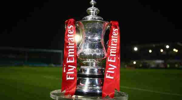 Il trofeo più antico del mondo, la FA Cup, oggi denominata 'The Emirates FA Cup'. (foto: Zimbio.com)